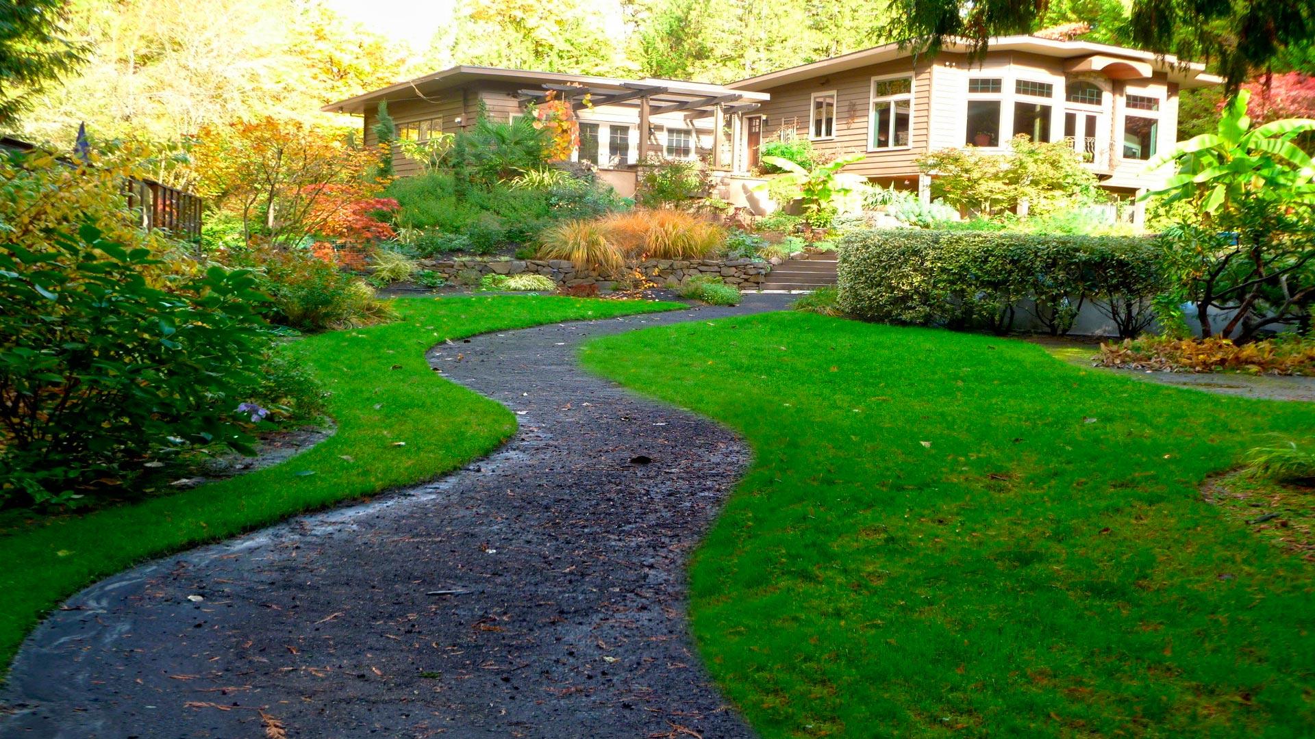 Un camino de cemento en el jard n for Escalera de bloque de jardin