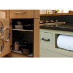 Idea-genial-para-tener-en-orden-las-tapas-y-los-rollos-de-papel-de-cocina-1920