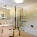Estás pensando en quitar la bañera y poner una ducha.1920