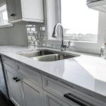 Nuevos aires suburbanos en cocinas y baños1920